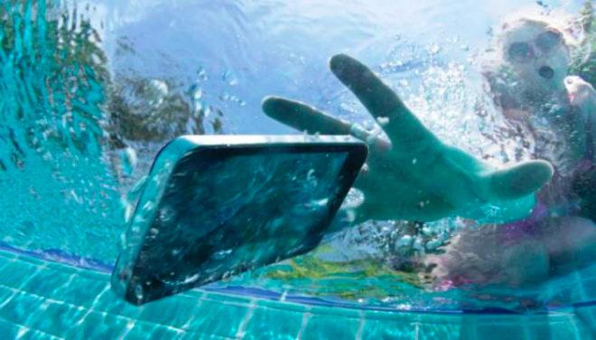 Как спасти смартфон, если он упадет в воду